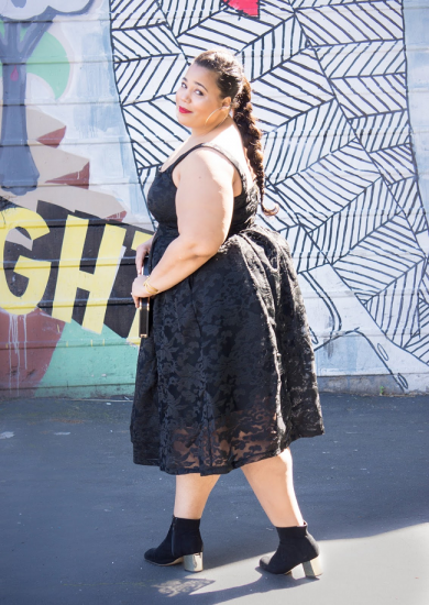Полная девушка в кружевном платье