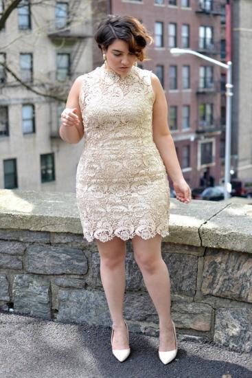 Полная девушка в белом платье с кружевами