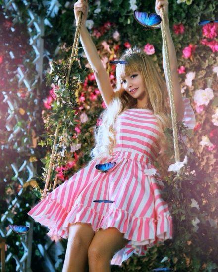 Девушка в коротком платье с розовыми полосками