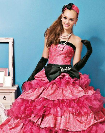 Девушка в платье с рюшами