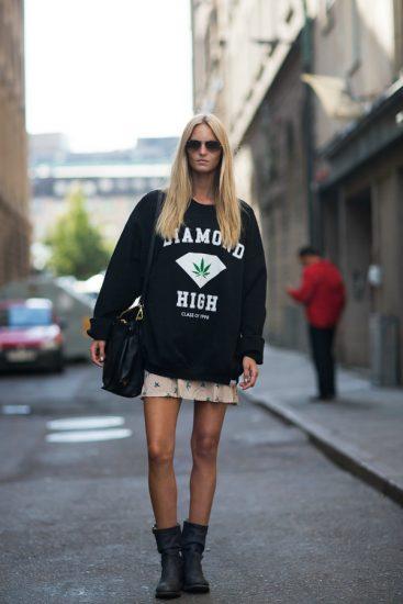 Девушка в чёрном свитшоте и юбке