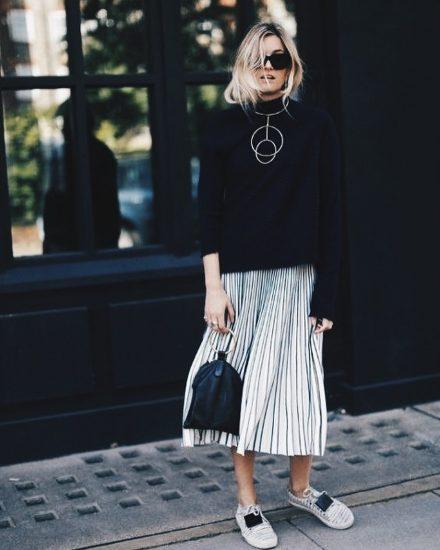 Образ с чёрным свитшотом и юбкой-плиссе