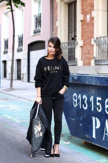 Девушка в чёрном свитшоте и джинсах