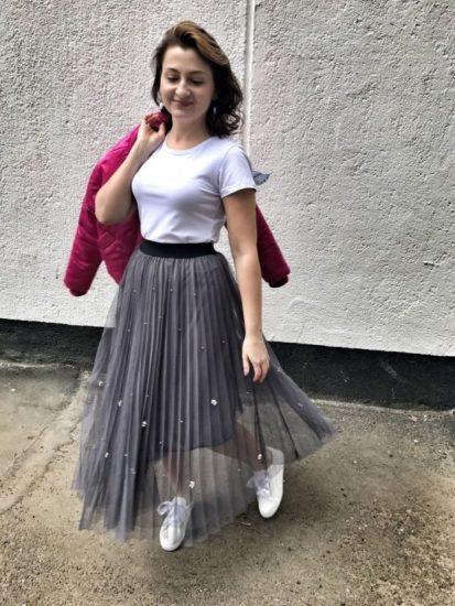 Юбка с футболкой и кедами