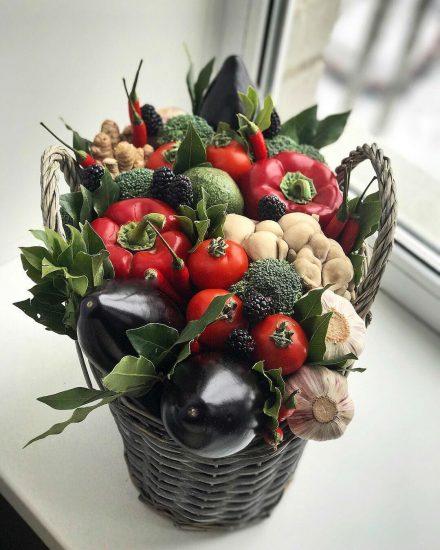 Овощи в плетёной корзине