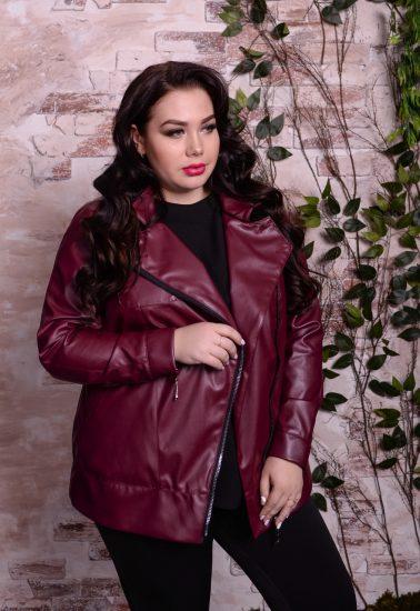 Полная девушка в бордовой кожаной куртке
