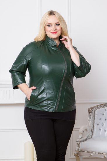 Зелёная кожаная куртка на полной девушке