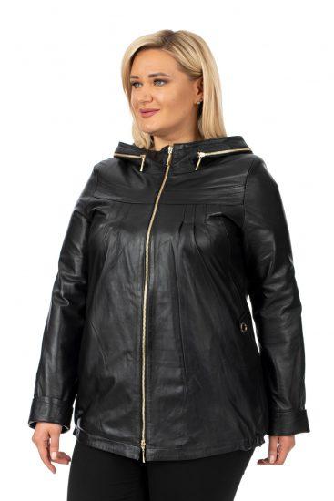 Полная девушка в кожаной куртке
