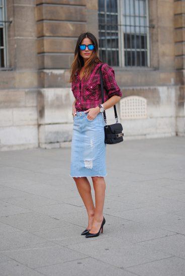 Модный образ с рваной джинсовой юбкой
