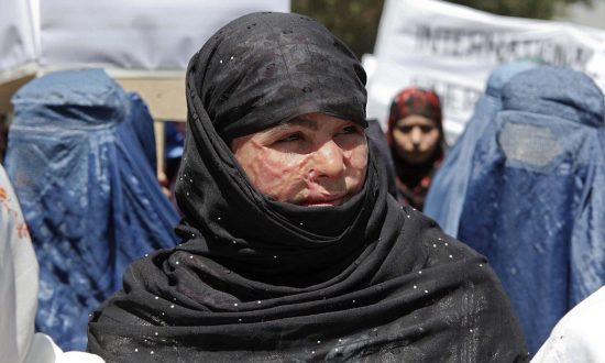 Женщина в хиджабе со шрамами на лице