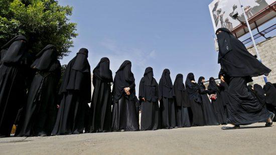 Ряд женщин в чёрной мусульманской одежде