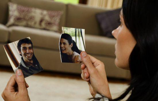 Девушка разорвала совместное фото с парнем