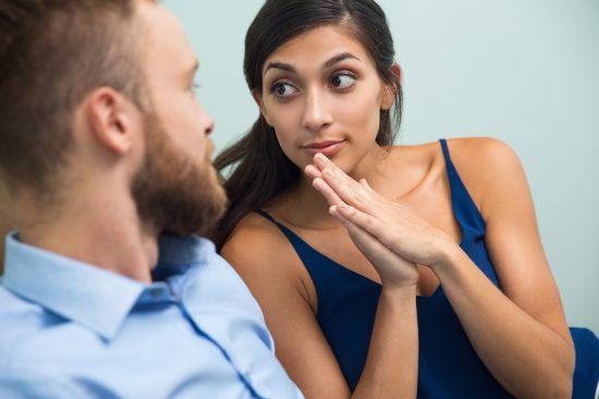 Девушка вопросительно смотрит на мужчину