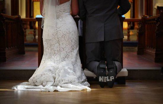 Жених и невеста на коленях
