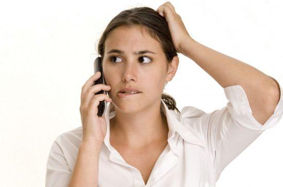 Девушка говорит по мобильному телефону