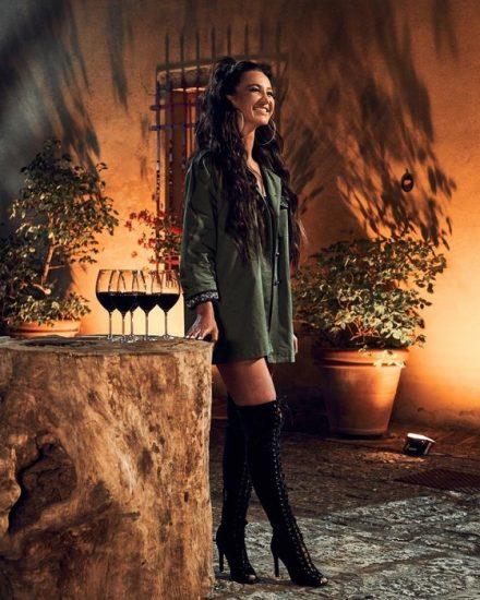 Брутальный лук из удлинённой рубашки цвета хаки и чёрных ботфортов