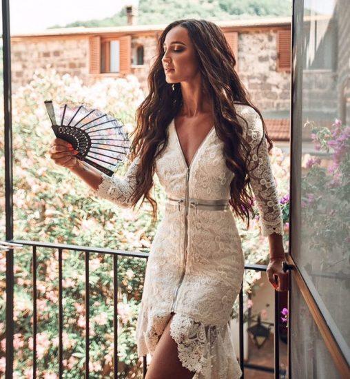 Белое кружевное платье-футляр