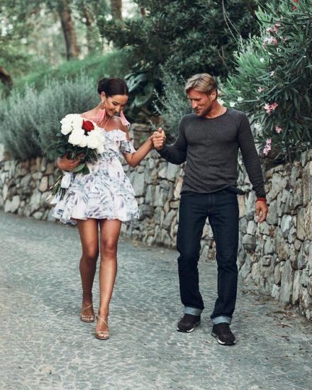 Ольга в мини с цветочным орнаментом с победителем проекта «Замуж за Бузову»