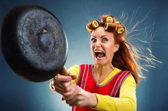 Женщина со сковородой