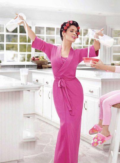 Женщина наливает молоко
