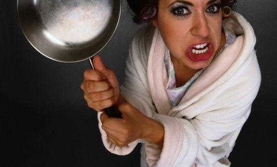 Злая женщина со сковородой
