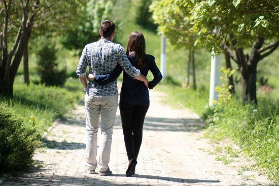 Мужчина и женщина на прогулке