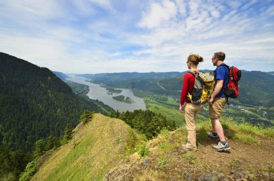Путешественники стоят на холме