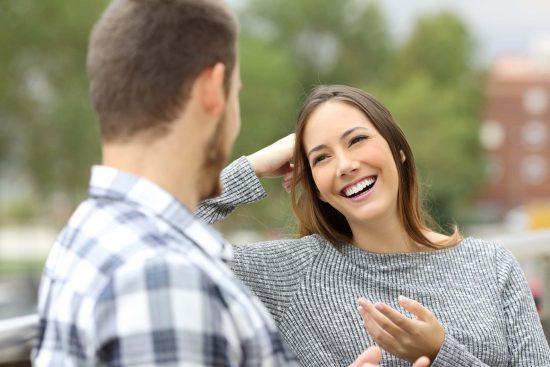 Девушка и молодой человек разговаривают