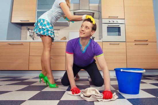Мужчина моет пол, женщина гладит его по голове