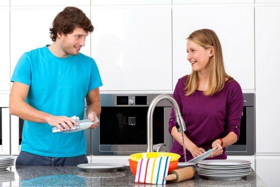 Пара моет посуду