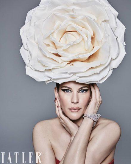 Лив Тайлер с огромной розой на голове
