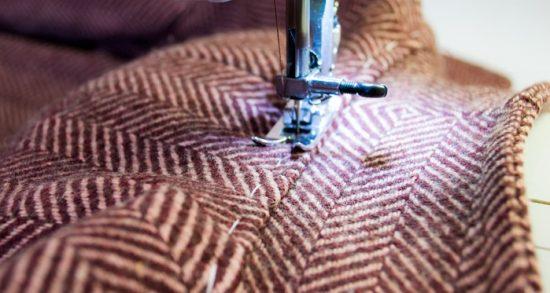 Обработка изделия на швейной машинке