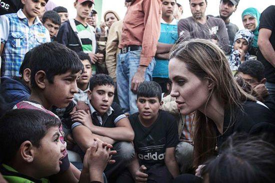 Анджелина Джоли с беженцами из Сирии