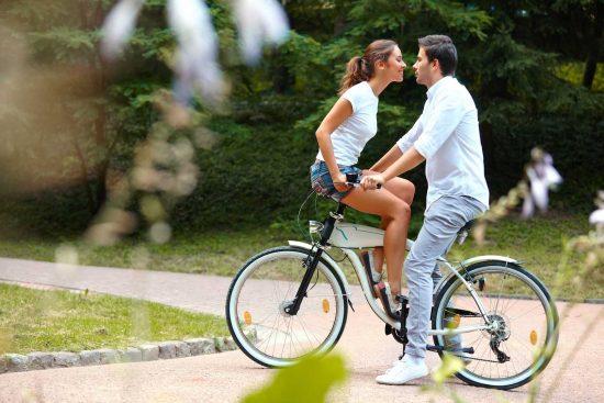 девушка с парнем на велосипеде