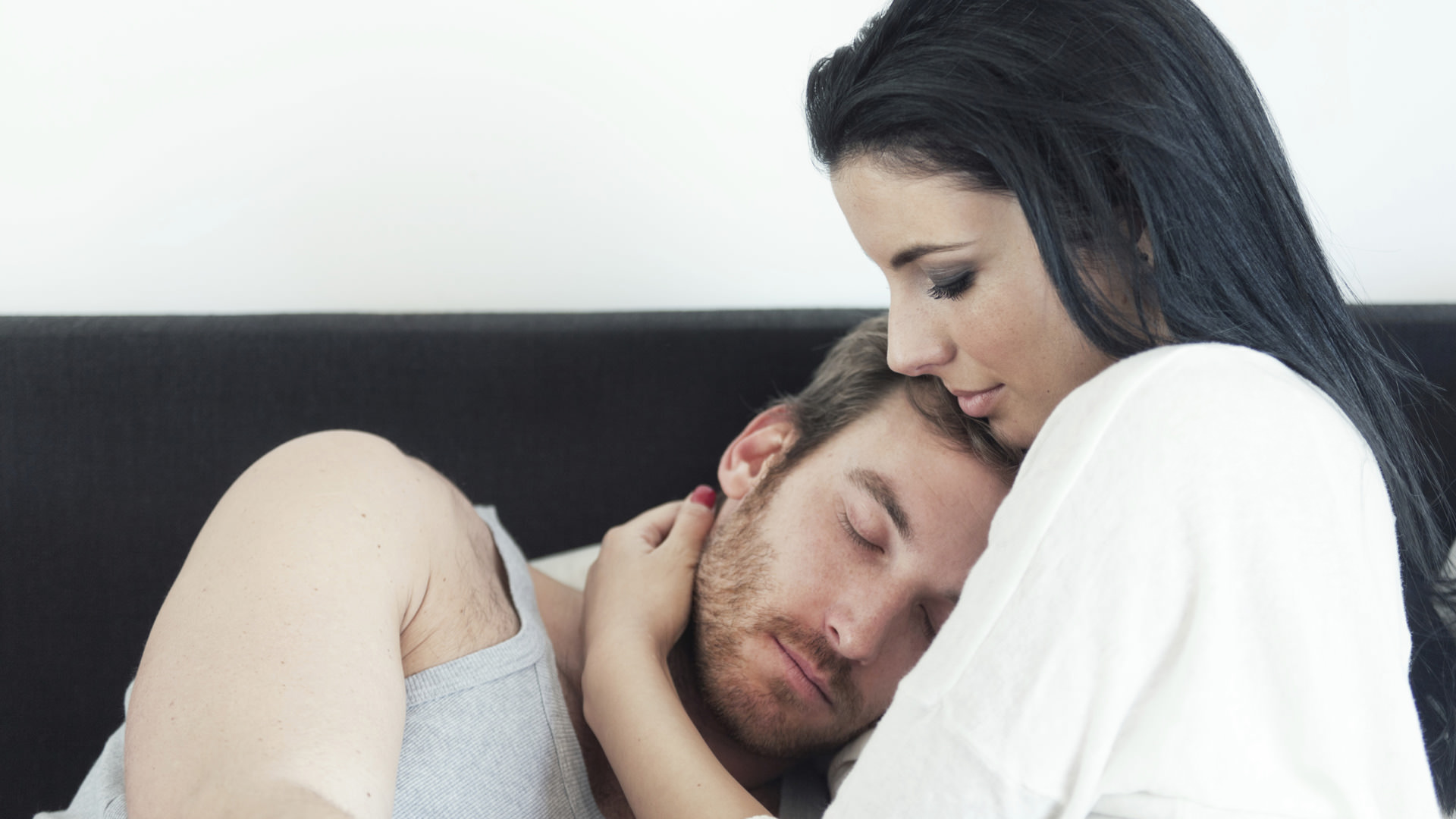 Картинки девушка лечит парня