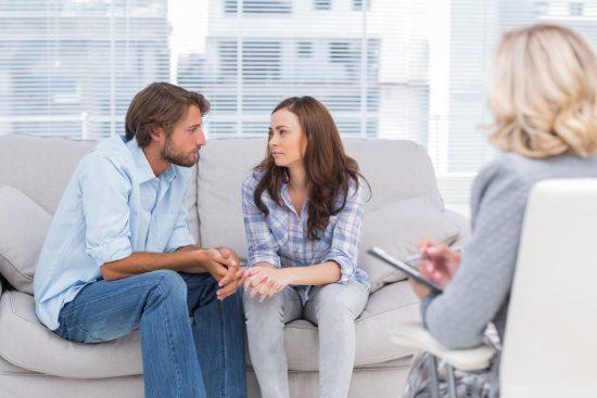 мужчина и женщина у психолога