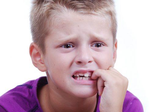 Мальчик грызёт ногти