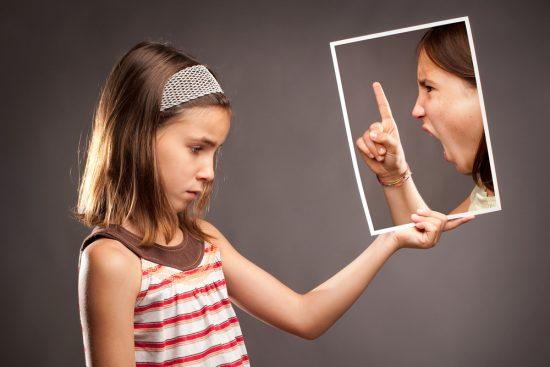 Девочка видит в зеркале кричащую мать