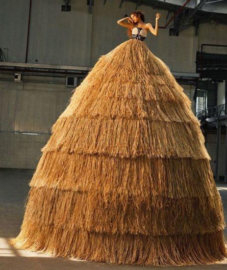 Огромное платье из сена