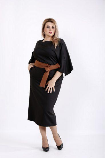 Чёрное платье с коричневым поясом