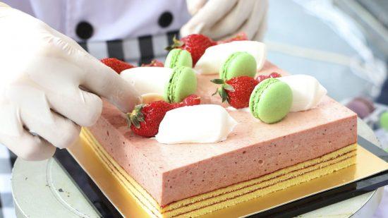 Хозяйка украшает торт