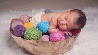 Новорождённый в корзинке с пряжей