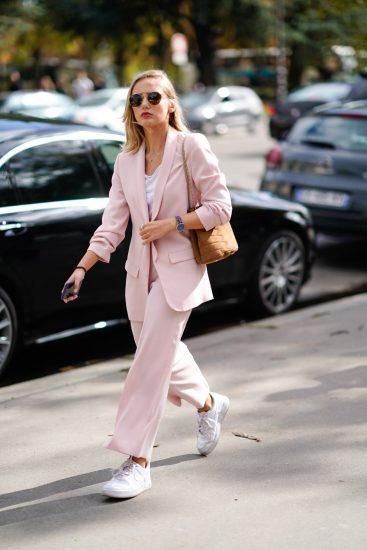 Девушка в розовом костюме и кроссовках