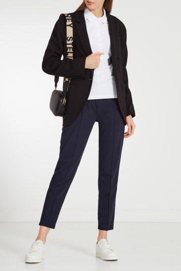 Девушка в брюках и кроссовках