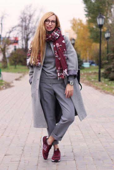 Девушка в серых брюках и кроссовках