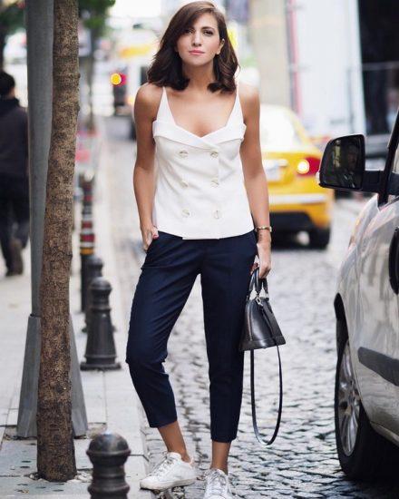 Девушка в синих брюках и кроссовках