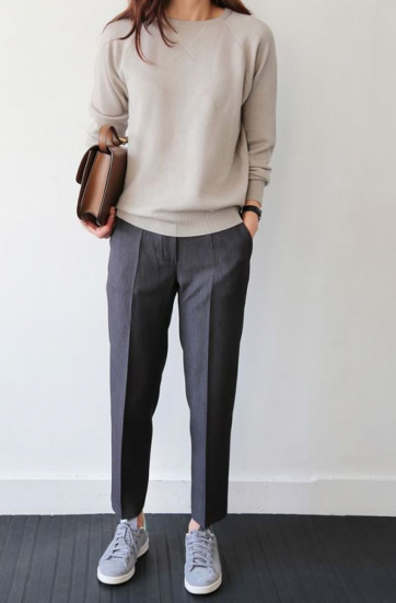Женский можный образ с брюкми и кроссовками