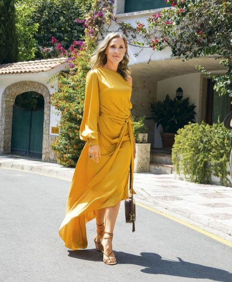Юлия в платье горчичного цвета