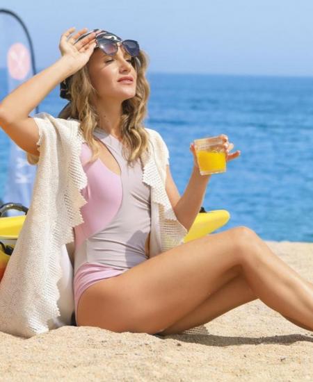 Юлия в серо-розовом купальнике
