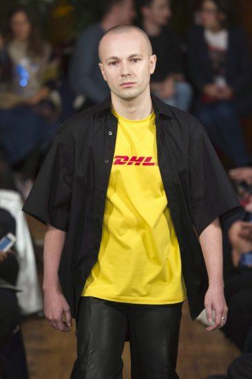 Российский дизайнер Гоша Рубчинский в футболке DHL